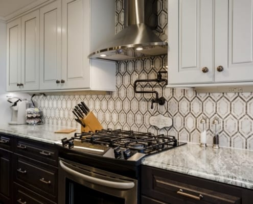 Natural brown and tan hues create a chicken wire pattern backsplash of hexagons